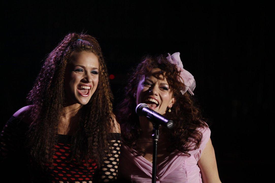 In Erinnerung an ihre damalige High-School-Zeit: Quinn (Shantel VanSanten, l.) und Haley (Bethany Joy Galeotti, r.) ... - Bildquelle: Warner Bros. Pictures