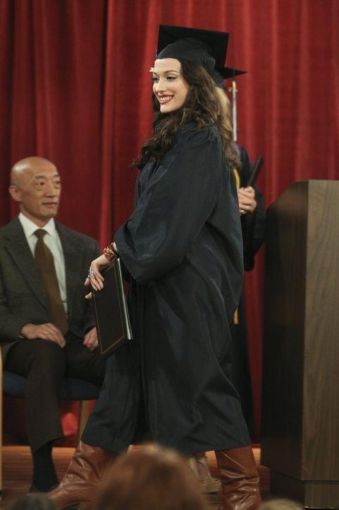 Ist stolz auf sich, dass sie den Highschool-Abschluss erfolgreich nachgeholt hat: Max (Kat Dennings) ... - Bildquelle: Warner Bros. Television