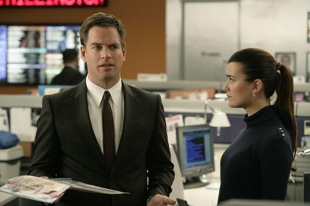 Tony (Michael Weatherly, l.), Ziva (Cote de Pablo, r.) und das restliche Team machen sich auf die Suche nach Spuren, denn Renny behauptet eisern, un... - Bildquelle: CBS Television
