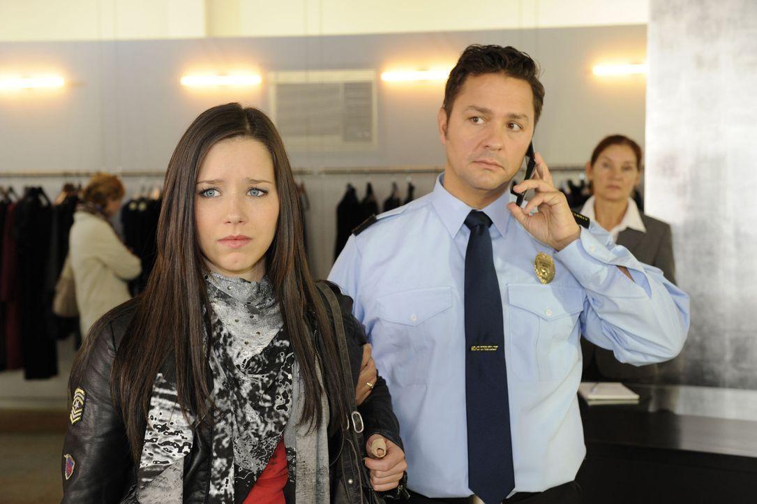 Luzi (Selina Müller, l.) will mit dem Klauen aufhören, doch Sophie überredet sie zu einem letzten Coup, der damit endet, dass sie vom Kaufhausdet... - Bildquelle: SAT.1