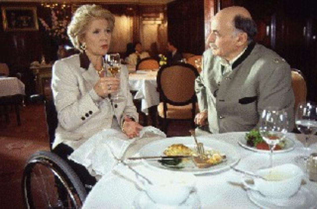 Im regelmäßigen Kontakt: die Witwe Hermine Werner (Christiane Hörbiger, l.) und der Geschäftsmann Bruno Landovsky (Heinrich Schweiger, r.) ... - Bildquelle: Ali Schafler Sat.1