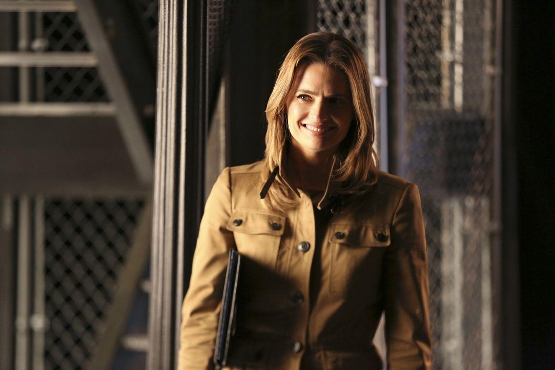 Sehr zu Castles Missgunst lässt Kate (Stana Katic) Valentine mit sich flirten ... - Bildquelle: John Fleenor ABC Studios