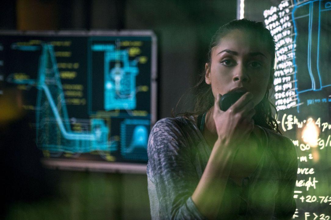 """Raven (Lindsey Morgan) versucht, Bellamy anzuleiten, damit dieser das Sicherheitssystem von """"Mount Weather"""" abstellt. Ein gefährliches Unterfangen f... - Bildquelle: 2014 Warner Brothers"""