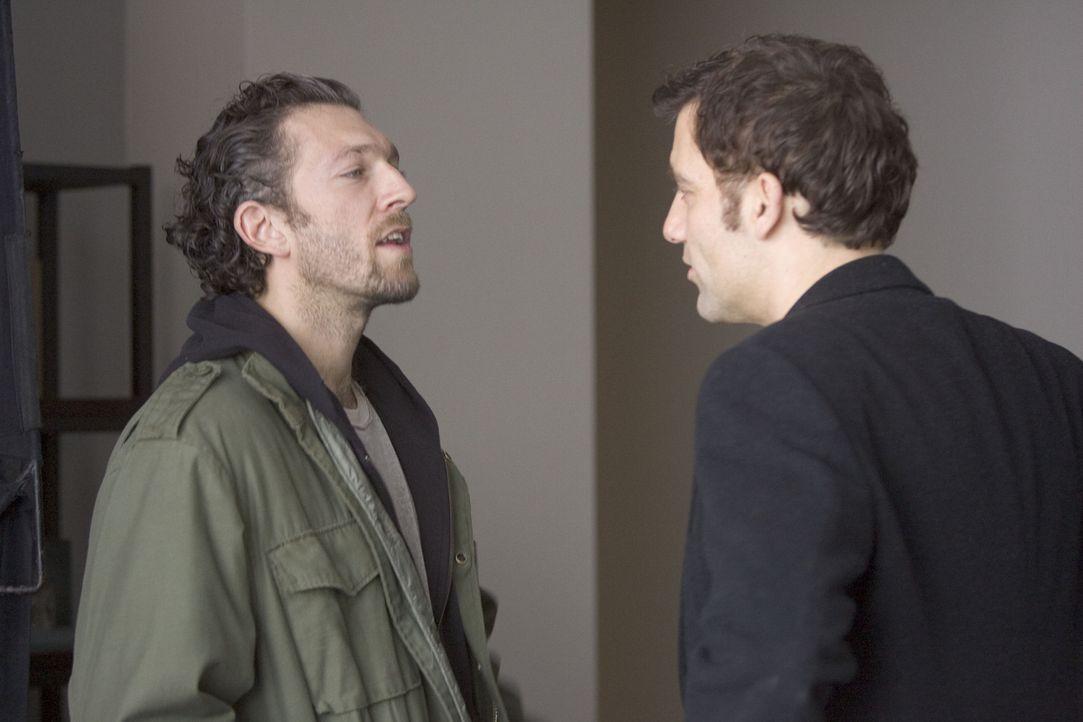 LaRoche (Vincent Cassel, l.) fordert von ihm immer mehr Geld. Als Charles (Clive Owen, r.) an das Ersparte der Familie gehen muss, sieht er nur eine... - Bildquelle: Miramax Films All rights reserved