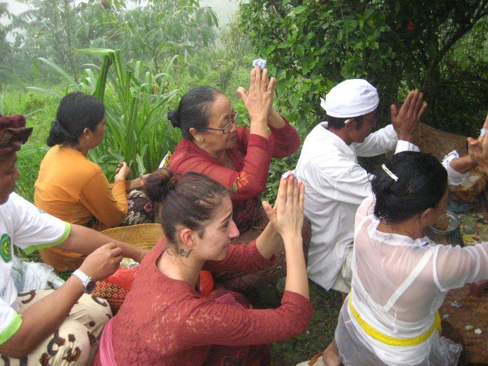 Die 17-Jährige Aileen Sauter klaut und lügt, dass sich die Balken biegen. In einem kleinen Dorf auf Bali (vorne M.) soll sie endlich lernen, endli... - Bildquelle: kabel eins