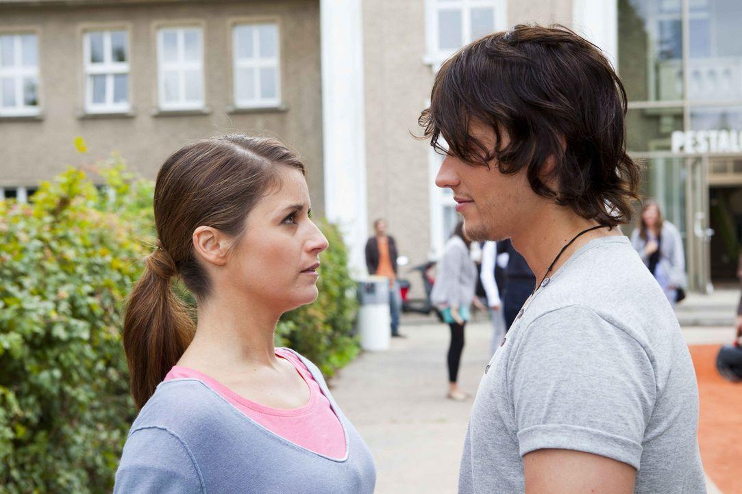 Bens (Christopher Kohn, r.) Liebesgeständnis macht Bea (Vanessa Jung, l.) schwer zu schaffen. Sollte sie seine Gefühle erwidern, hätte sie keine... - Bildquelle: David Saretzki SAT.1
