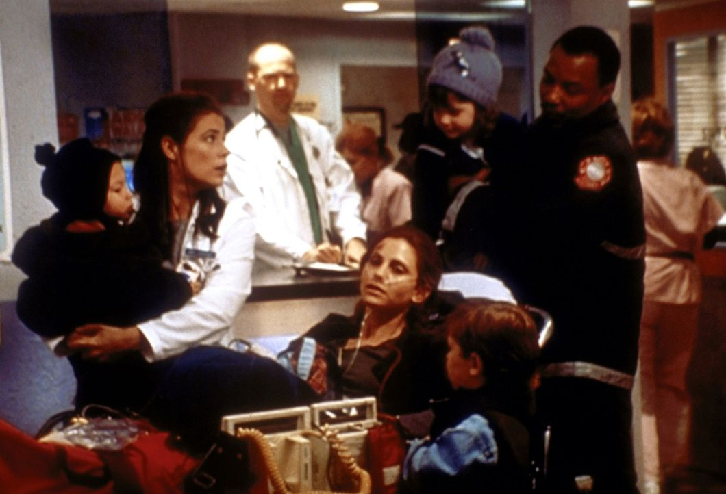Lynn (Kerri Lee Green, M.) ist zum sechsten Mal schwanger und lässt auf den Rat von Abby (Maura Tierney, 2.v.l.) hin einen Schwangerschaftsabbruch v... - Bildquelle: TM+  2000 WARNER BROS.