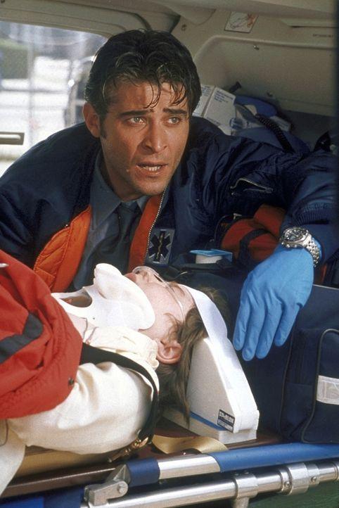 Kovac (Goran Visnjic) leistet Erste Hilfe. - Bildquelle: TM+  2000 WARNER BROS.