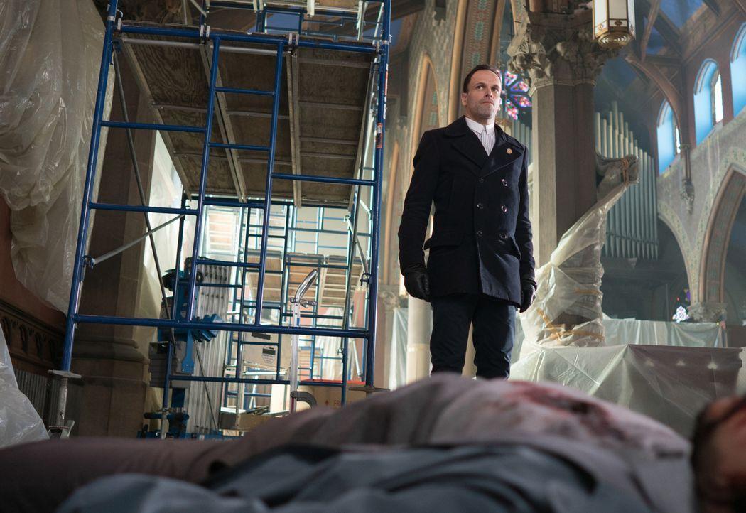 Nachdem ein Spion von Morland verhindert hat, dass Holmes (Jonny Lee Miller) und Watson von einer Bombe getötet werden, folgt Holmes der Spur dieses... - Bildquelle: Michael Parmelee 2016 CBS Broadcasting Inc. All Rights Reserved.