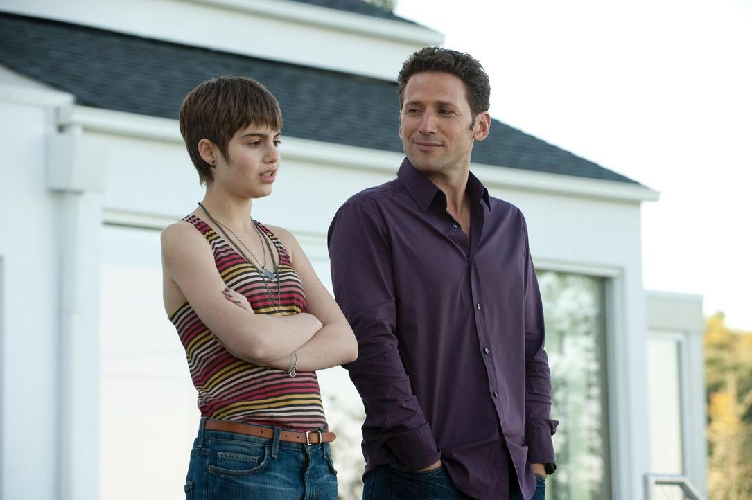 Muss Natalie (Sami Gayle, l.) ihre Karriere als Sängerin an den Nagel hängen? Dr. Hank Lawson (Mark Feuerstein, r.) versucht, dies zu verhindern ... - Bildquelle: 2010 Open 4 Business Productions, LLC. All Rights Reserved.