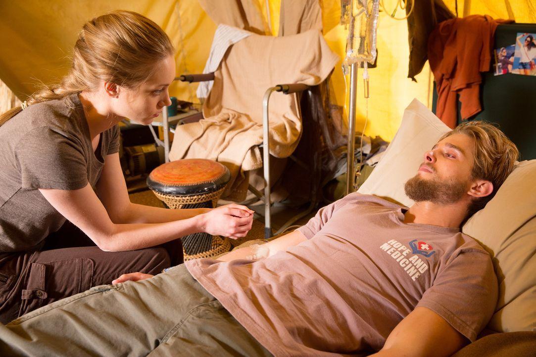 Als Heather (Autumn Dial, l.) an das Telefon von Remi (Drew Van Acker, r.) geht, fragt Valentina nicht einmal warum ... - Bildquelle: 2014 ABC Studios