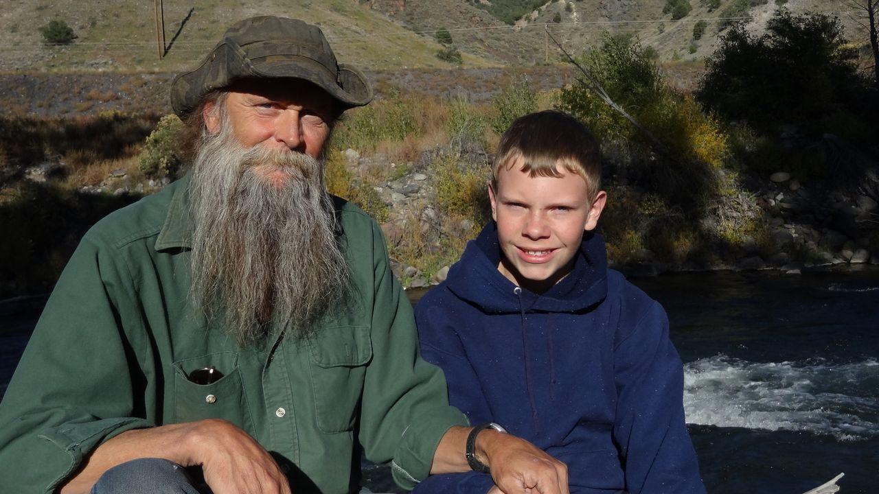 Eines Tages soll auch Dwayne Halls (l.) Enkel Justin Oversole Edelstein-Sucher werden, doch bis dahin ist es noch ein weiter Weg ... - Bildquelle: High Noon Entertainment 2014