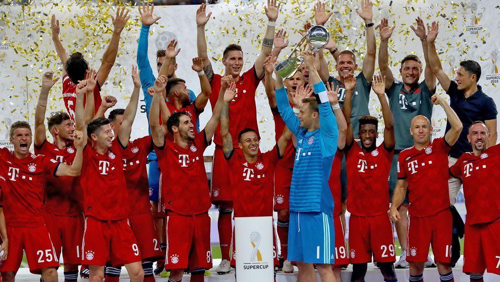 Der FC Bayern München feiert den ersten Titel der Saison. - Bildquelle: 2018 Getty Images