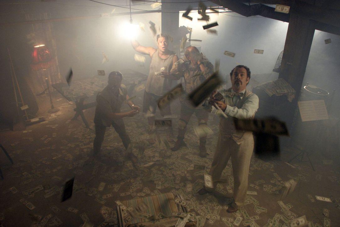 Durchbruch: Nach stundenlangen musikalischen Einlagen gelingt es dem Professor (Tom Hanks, r.) und seiner Bande, in den Tresorraum des Casinos zu ge... - Bildquelle: Touchstone Pictures. All rights reserved