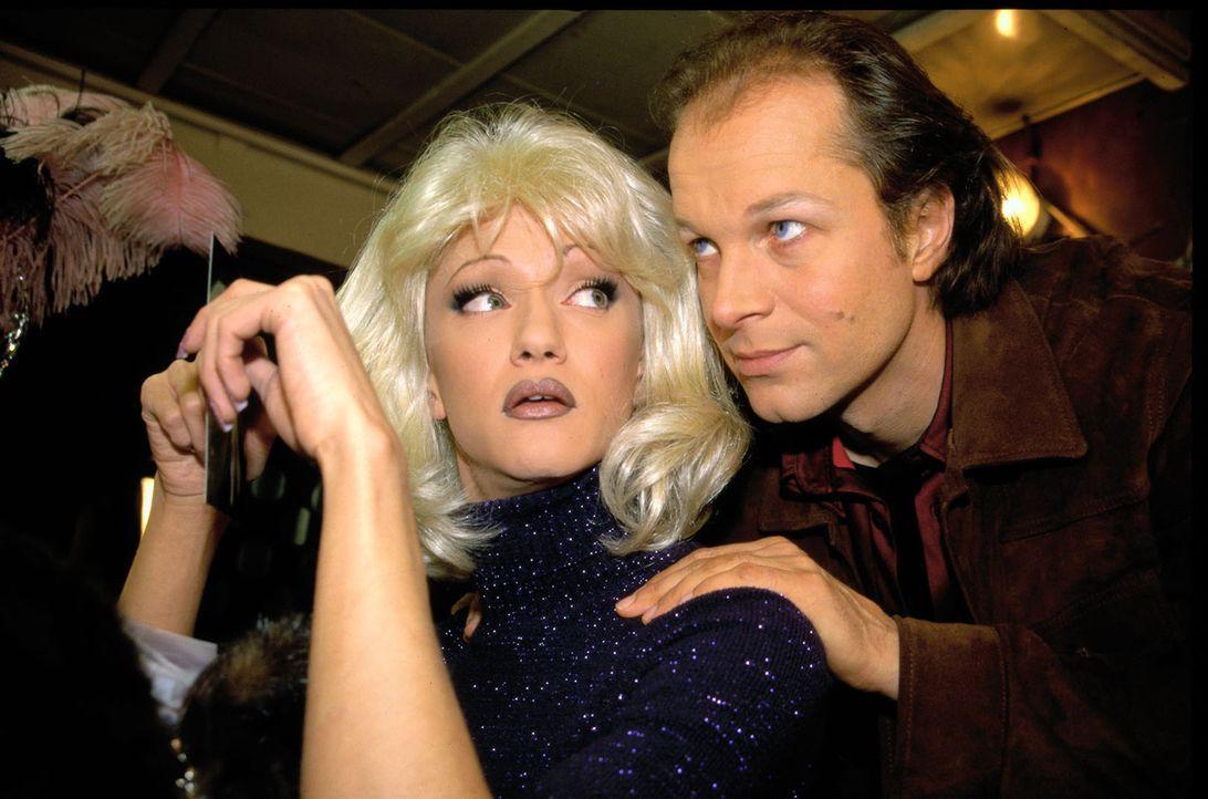 Victor (Jochen Horst, r.) versucht Mouse (Biggi van Blond, l.) zu überreden, für den Erhalt des Clubs zu kämpfen. - Bildquelle: Spitz Sat.1