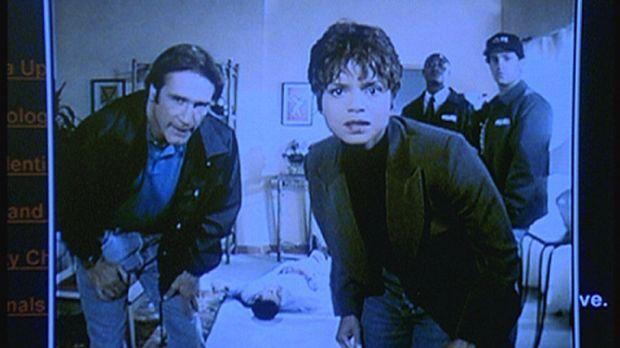Amanda (Victoria Rowell, 3.v.r.) und Steve (Barry Van Dyke, l.) entdecken ein...