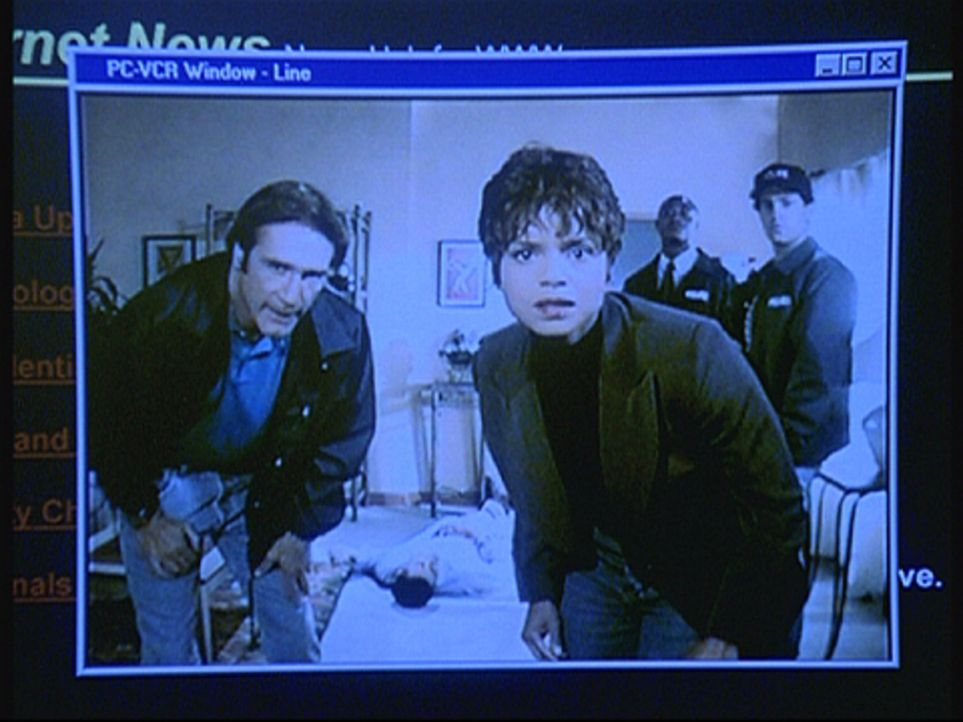 Amanda (Victoria Rowell, 3.v.r.) und Steve (Barry Van Dyke, l.) entdecken einen Monitor, mit dem der Killer offenbar jeden ihrer Schritte überwacht. - Bildquelle: Viacom