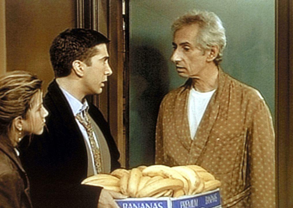 Rachel (Jennifer Aniston, l.) und Ross (David Schwimmer, M.) hegen den berechtigten Verdacht, dass Mr. Heckles (Larry Hankin, r.) den Affen von Ross... - Bildquelle: TM+  2000 WARNER BROS.