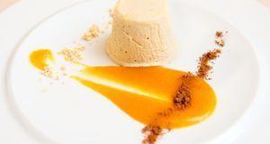 Ob mit oder ohne Fruchtstücke – Halbgefrorenes mit Orangensoße macht nicht nu...