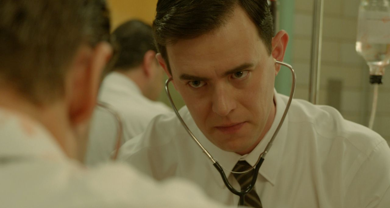 Als der angeschossene Präsident ins Parkland eingeliefert wird, ist als erster der junge Arzt Dr. Malcom Perry (Colin Hanks) zur Stelle. Er versuch... - Bildquelle: 2013 WALLEYE PRODUCTIONS, LLC ALL RIGHTS RESERVED.