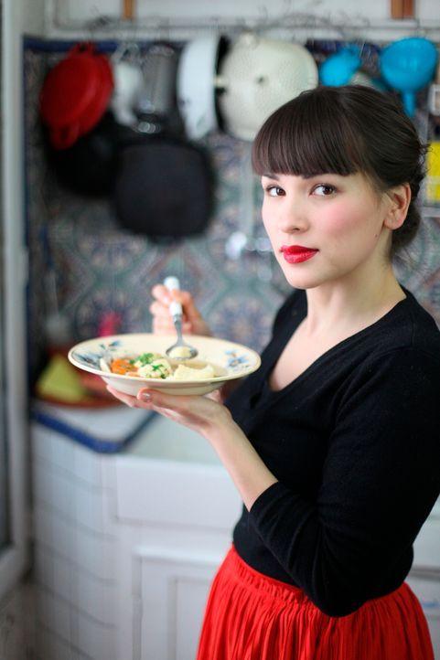 Eine Hähnchen-Klößchen-Suppe kann auch verzaubern, das zeigt Rachel Khoo ganz eindrucksvoll ... - Bildquelle: Daniel Lucchesi Plum Pictures 2012