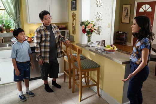 Jessica (Constance Wu, r.) ist nicht begeistert, dass ihre Söhne Eddie (Hudso...