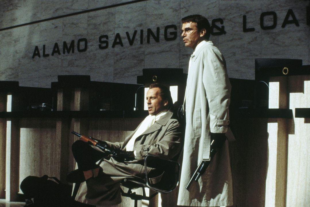 Gerade aus dem Gefängnis ausgebrochen, starten Joe (Bruce Willis, l.) und Terry (Billy Bob Thornton, r.) zur nächsten Untat ... - Bildquelle: Metro-Goldwyn-Mayer
