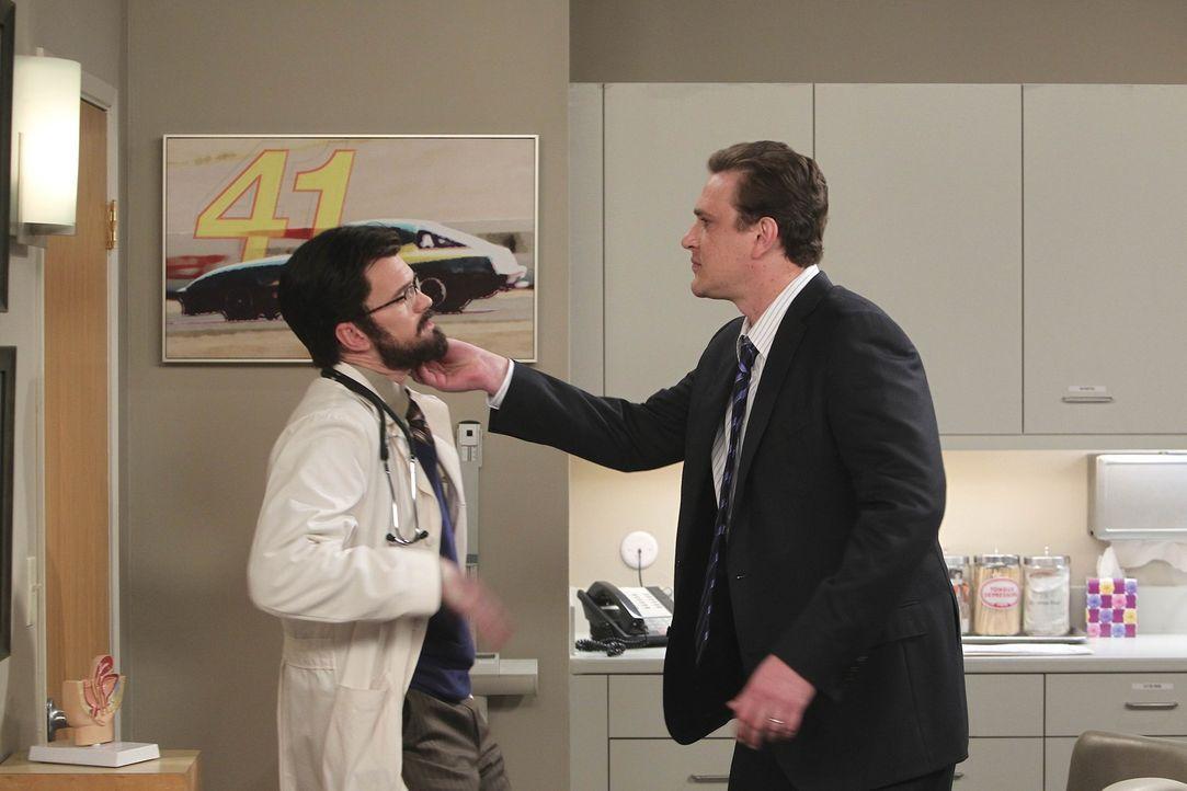 Marshall (Jason Segel, r.) muss sich vergewissern, dass es sich bei Dr. Stangel (Neil Patrick Harris, l.) nicht um Barney handelt ... - Bildquelle: 20th Century Fox International Television