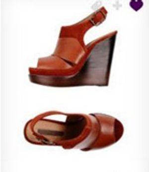 Passend zur Hose, trägt Zoe rote Schuhe mit hölzernem Keilabsatz!
