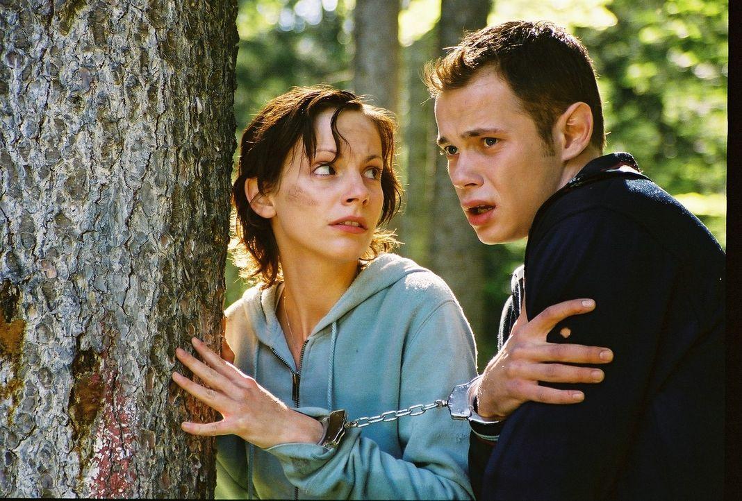 Obwohl es Toni (Marie Zielcke, l.) und ihrem Bruder Stefan (Antonio Wannek, r.) gelingt, dem brutalen Hagedorn zu entkommen, müssen sie sich diesem... - Bildquelle: Bernhard Berger ProSieben