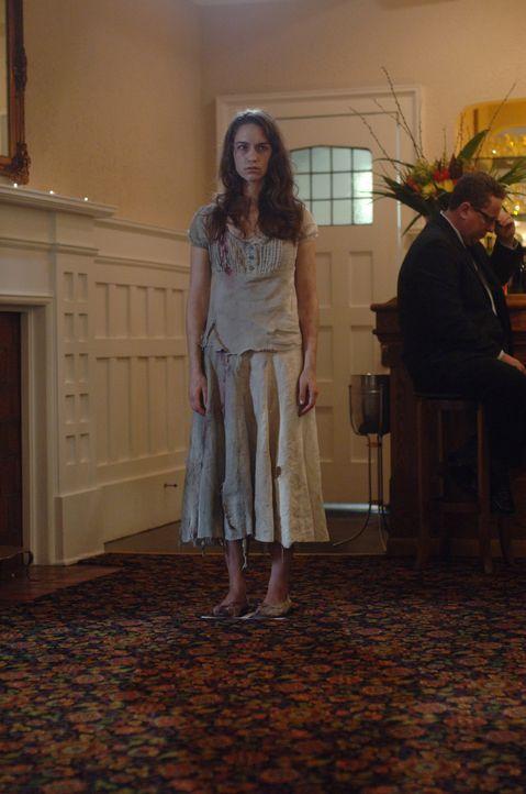 Durch das weiß gekleidete Mädchen (Melanie Scrofano) findet Dean heraus, dass alle Menschen, die er und Sam in der Vergangenheit gerettet haben, in... - Bildquelle: Warner Bros. Television