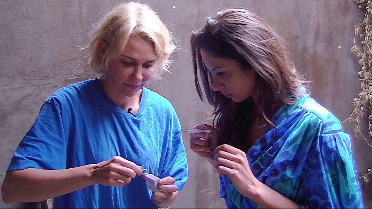 Janina heult Zigaretten5 - Bildquelle: Dieses Bild darf bis Ende August 2014 honorarfrei fuer redaktionelle Zwecke und nur im Rahmen der Programmankuendigung verwendet