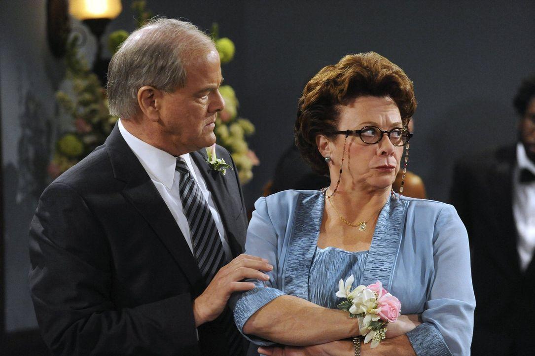 Warten gespannt auf die Braut: Jack (Francis Guinan, l.) und Peggy (Rondi Reed, r.) ... - Bildquelle: Warner Brothers