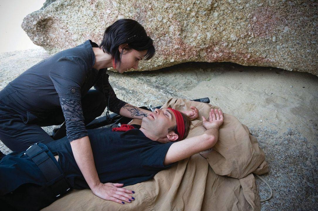 Gönnen sich mal ein Päuschen: die Vampirjäger Edgar (Corey Feldman, r.) und Zoe (Casey B. Dolan, l.) ... - Bildquelle: 2010 Warner Bros.