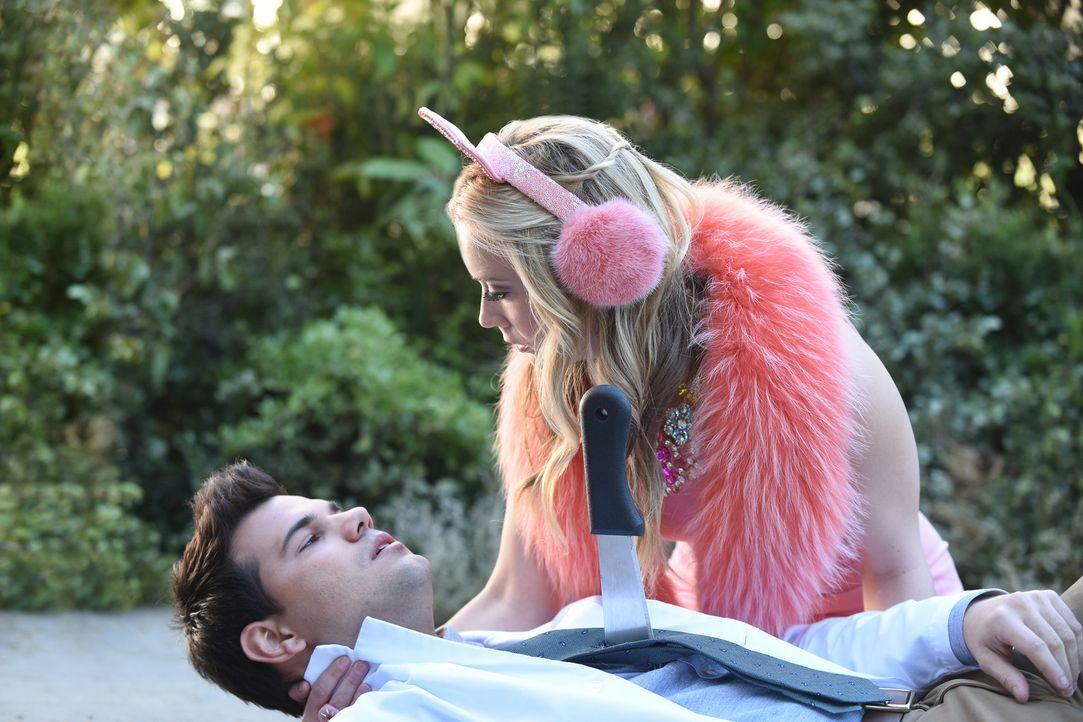 Cassidy (Taylor Lautner, l.) wird immer mehr bewusst, dass er Chanel #3 (Billie Lourd, r.) einfach nicht töten will. Wird diese Entscheidung schluss... - Bildquelle: 2016 Fox and its related entities.  All rights reserved.