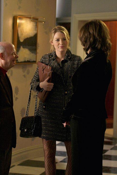 Blair taucht nicht daheim auf. Cyrus (Wallace Shawn,l.) und Eleanor (Margaret Colin ,r.) hoffen, dass Serena (Blake Lively, M.) weiß, wo ihre beste... - Bildquelle: Warner Brothers