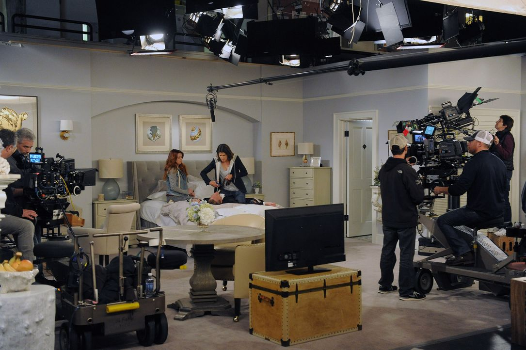 HIMYM- Behind the scenes- Daisy (2) - Bildquelle:  CBS Broadcasting, Inc. All rights reserved