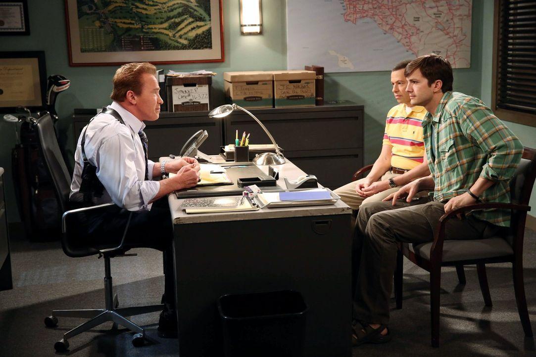 Nach alldem was geschehen ist, suchen Alan (Jon Cryer, M.) und Walden (Ashton Kutcher, r.) Alan Lieutenant Wagner (Arnold Schwarzenegger, l.) auf, d... - Bildquelle: Warner Brothers Entertainment Inc.