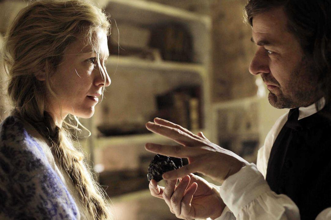 Einst war Luise (Genija Rykova, l.) die große Liebe von Professor Christian Gruber (Marcus Mittermeier, r.). Als sie schwindsüchtig ins Krankenhaus... - Bildquelle: Lukas Zentel SAT.1