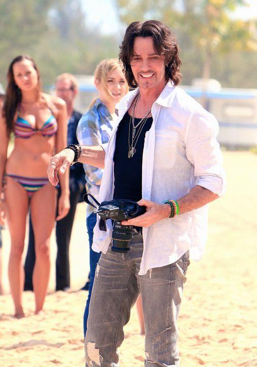 Der berühmte Fotograf Renny Sinclair (Rick Springfield), der gerade auf Hawaii Bademoden fotografiert, ahnt noch nicht, dass er nicht mehr lange am... - Bildquelle: 2011 CBS BROADCASTING INC.  All Rights Reserved.