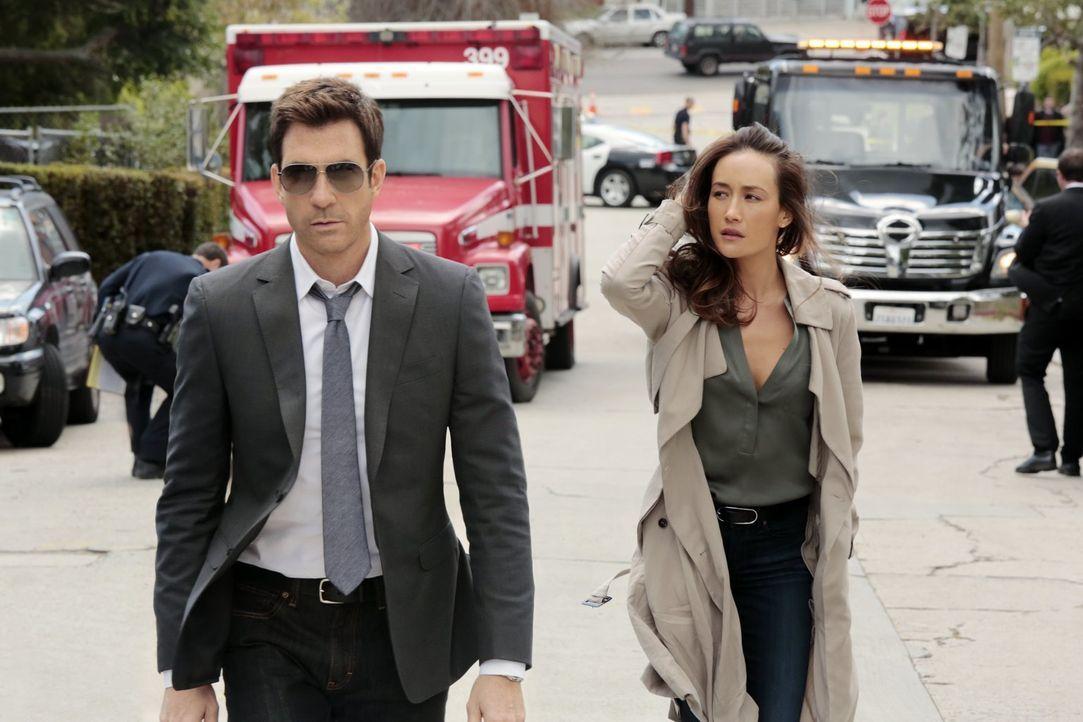 Beth (Maggie Q, r.), Chefin von TAU, der Stalking-Sondereinheit des LAPD, ermittelt mit dem neuen Mitarbeiter Jack (Dylan McDermott, l.), der ihr au... - Bildquelle: Warner Bros. Entertainment, Inc.