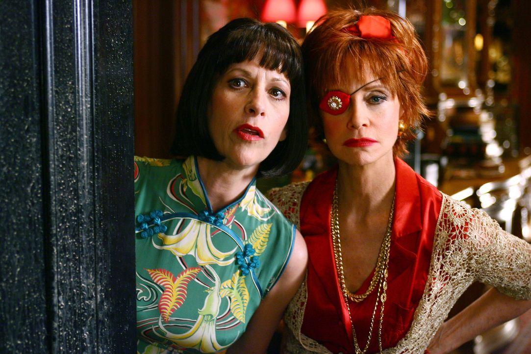 Die zwei verrückten Tanten Vivian (Ellen Greene, l.) und Lily (Swoosie Kurtz, r.) sind ehemalige Synchronschwimmerinnen und haben beide Angst, das H... - Bildquelle: Warner Brothers