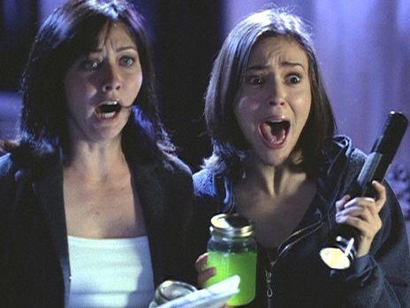 Charmed - Zauberhafte Hexen - Unter Schock stehen Prue (Shannen Doherty, l.)...