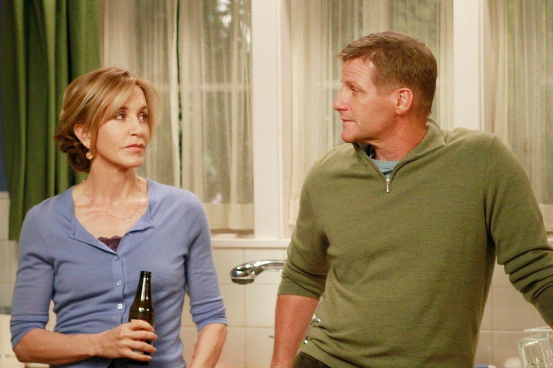 Während Mike versucht Susan davon abzuhalten, die Stadt zu verlassen, stehen Lynette (Felicity Huffman, l.) und Tom (Doug Savant, r.) vor neuen Hera... - Bildquelle: ABC Studios