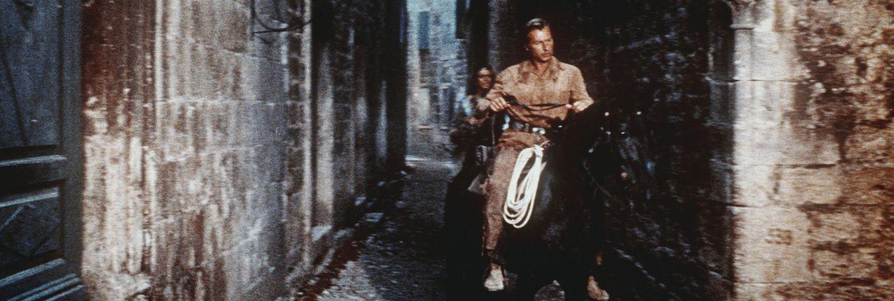 Winnetou (Pierre Brice, l.) und Old Shatterhand (Lex Barker, r.) sind auf der Suche nach Rollins, dem skrupellosen Anführer einer Bande von Despera... - Bildquelle: Columbia Pictures