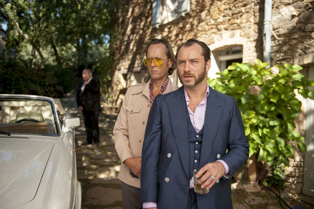 Nach zwölf Jahren im Knast hat Dom Hemingway (Jude Law, r.) nur eines im Sinn: Zusammen mit seinem damaligen Partner Dickie (Richard E. Grant, l.) w... - Bildquelle: 2014 Twentieth Century Fox Film Corporation.  All rights reserved.