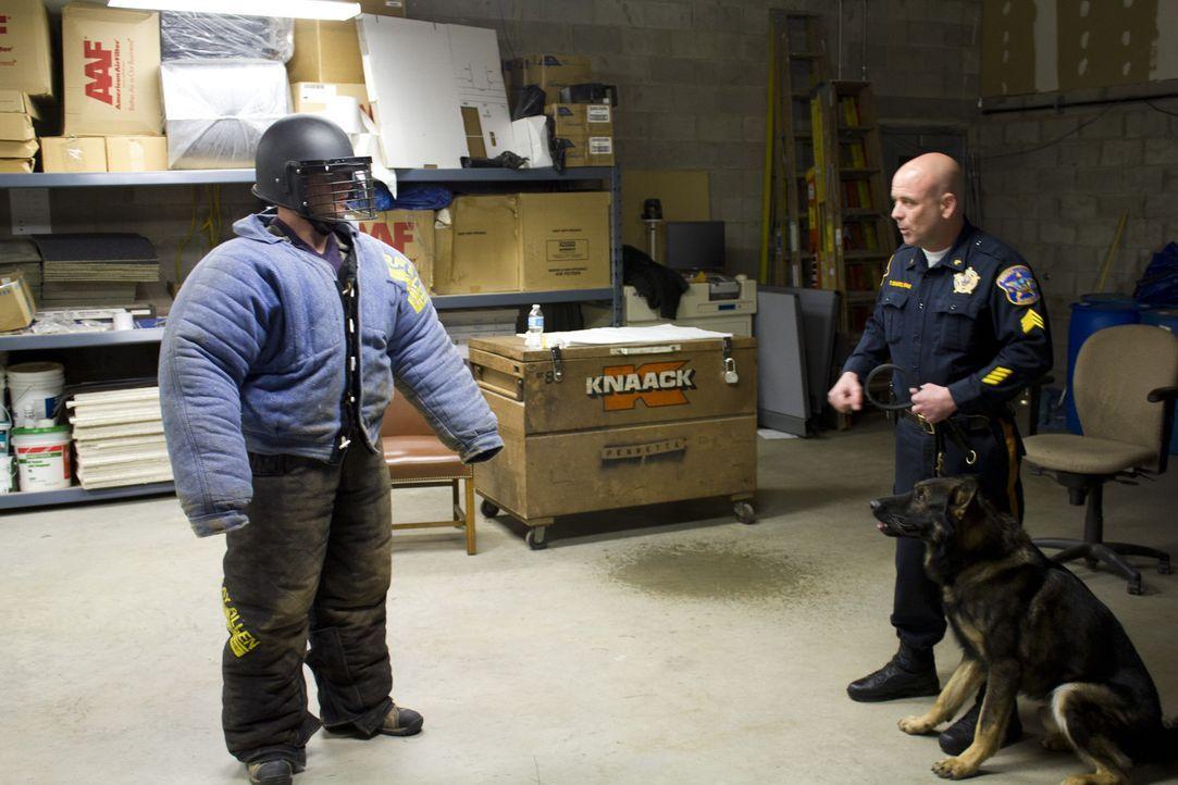 Hundetrainer Tim Scannell (r.) bildet viele Polizei- und Familienhunde aus. Jetzt hätte er gerne einen Ort, wo Trainer, Hundebesitzer und Hunde nach... - Bildquelle: 2014, DIY Network/Scripps Networks, LLC. All RIghts Reserved.