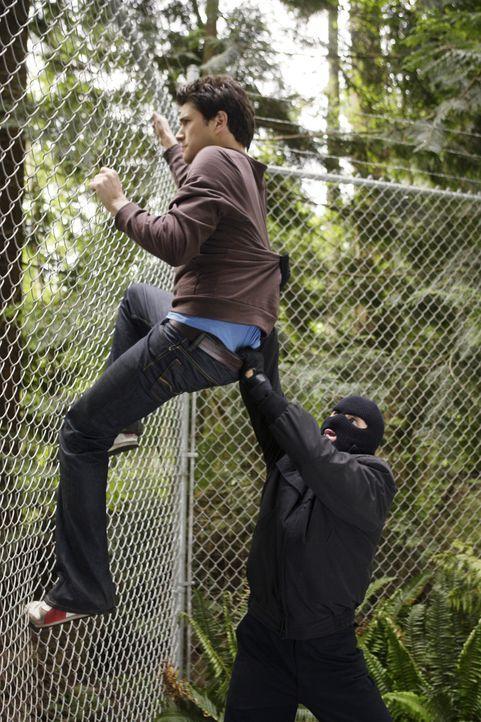 In einem Waldgebiet wartet ein maskierter Mann (Nicholas Lea, r.) auf Klye (Matt Dallas, l.) und Declan. Was hat er mit ihnen vor? - Bildquelle: TOUCHSTONE TELEVISION