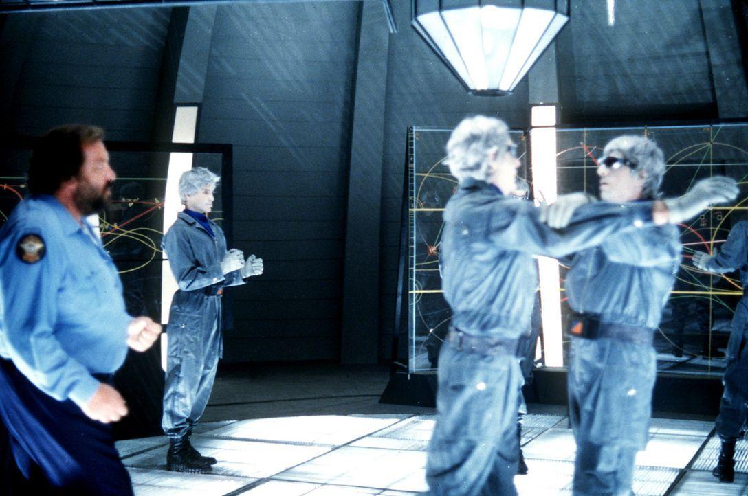 Sheriff Craft (Bud Spencer, l.) sprengt die Versammlung der Außerirdischen ... - Bildquelle: Leone Film