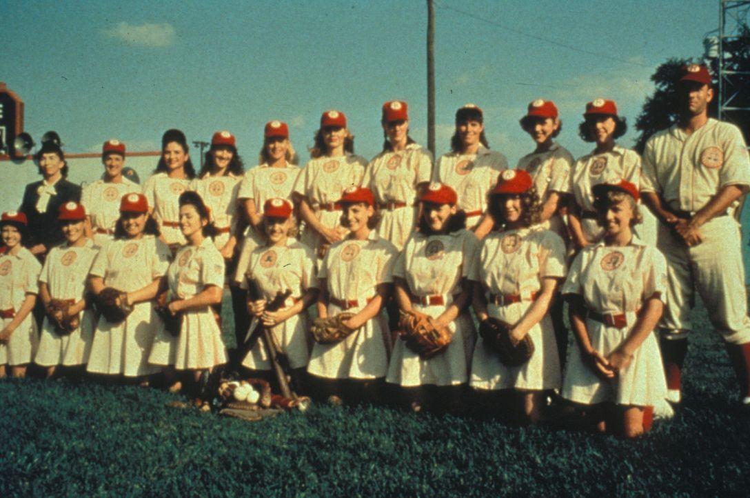 Dieses Frauen-Baseball-Team um Trainer Jimmy Dugan (Tom Hanks, r.) ist gewiss eine Klasse für sich. - Bildquelle: Columbia Pictures